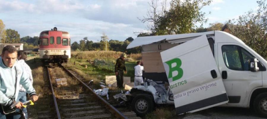 Teška saobraćajna nesreća: Lokomotiva u Lukavcu prepolovila kombi